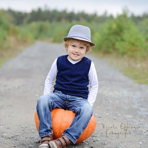 Fotos von der Familie im Herbst, Fotos in der Natur Hessen, Shooting mit Kürbissen,Kinderportraits in Wetzlar